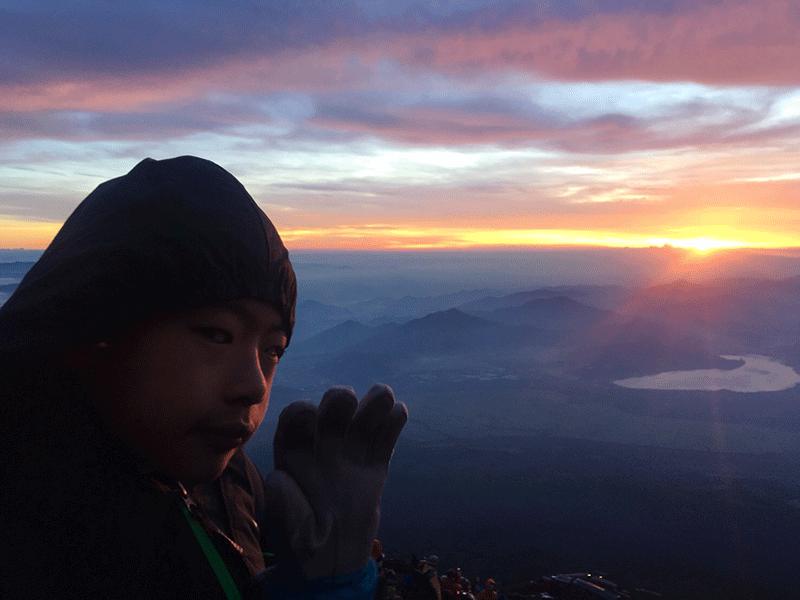 富士山頂でご来光を見ていた11歳の少年